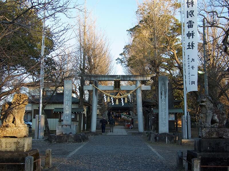 お正月は鳥居の隣に大きなのぼりがあります