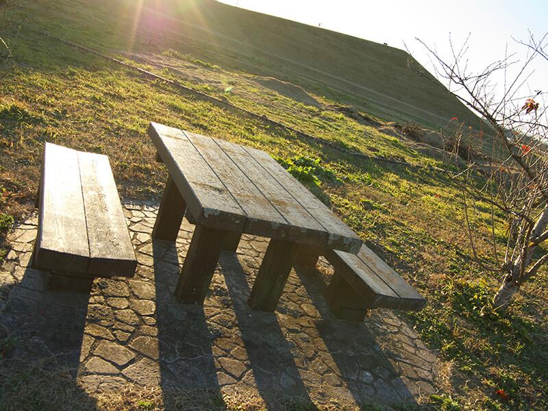木製テーブルとイス