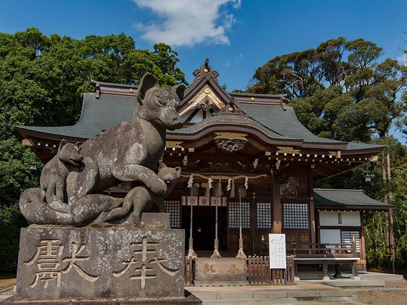 女化神社のキツネ像左