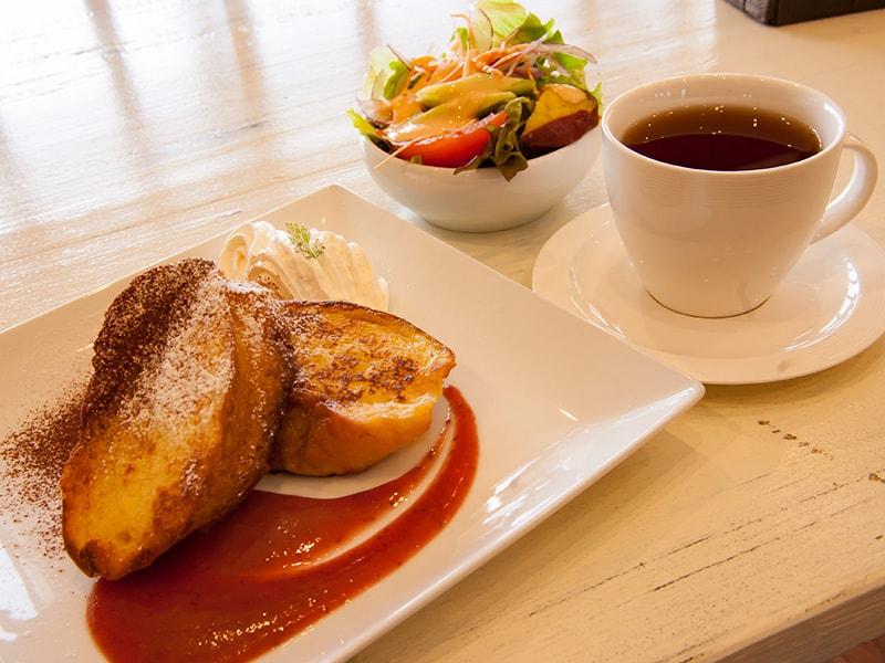 フレンチトースト、紅茶、サラダのモーニングセット