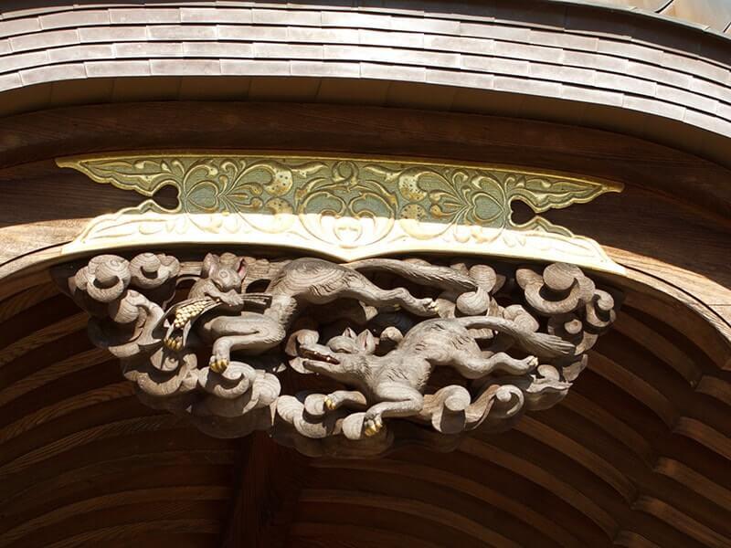 2匹の狐の装飾