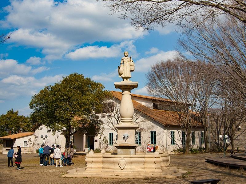 町の中央に立つ像