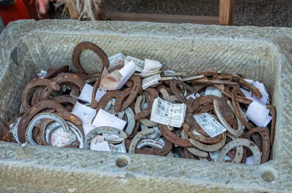 奉納された蹄鉄や馬券