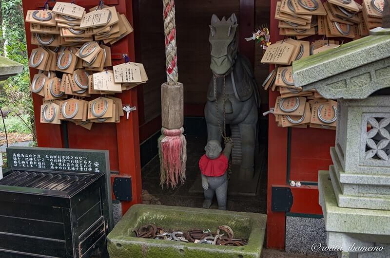 勝馬神社に奉納される蹄と蹄絵馬