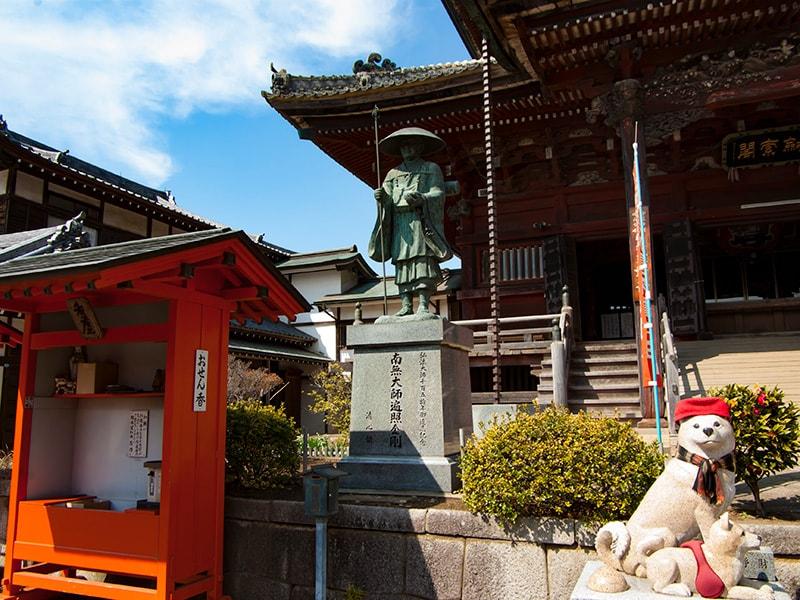 空海聖人と白犬の像