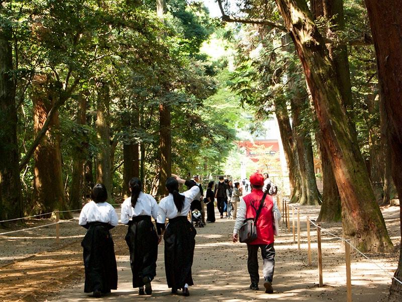 袴姿の女子高生と観光ガイド