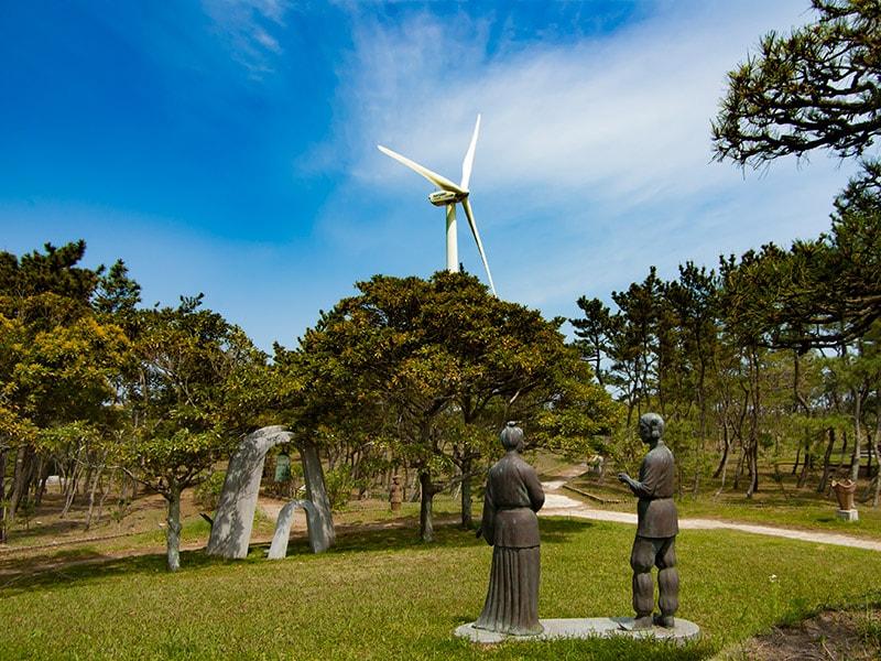 ブロンズ像と鐘、風車