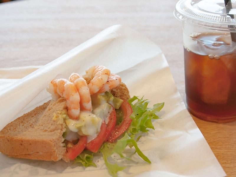 小海老とアボカドのサンドイッチ