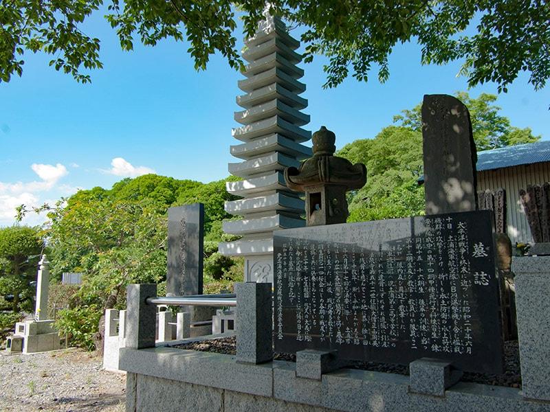 法泉寺の慰霊碑と墓誌