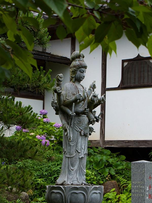 雨引観音境内の仏像とあじさい