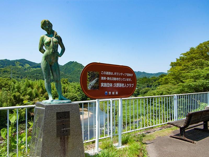 久慈川と石像