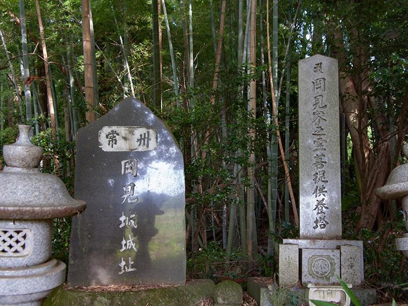 岡見城跡地の石碑と供養塔