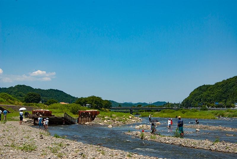 久慈川で遊ぶ子どもたち