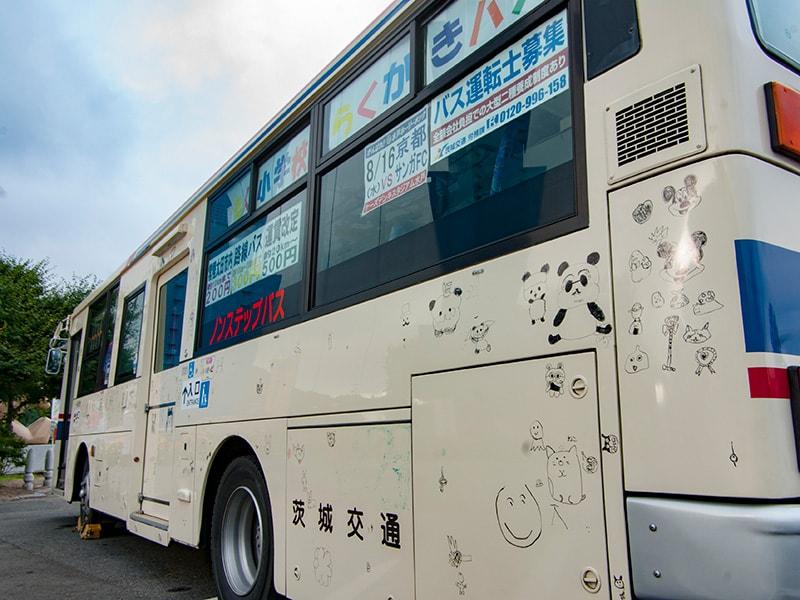 子どもたちにらくがきされたバス