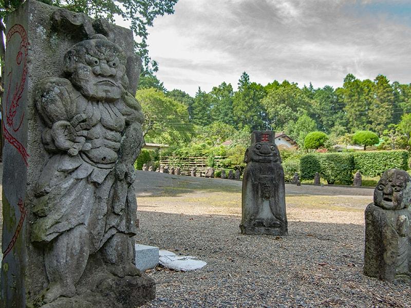 仁王の石像