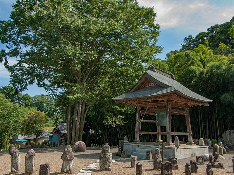 梵鐘と石像