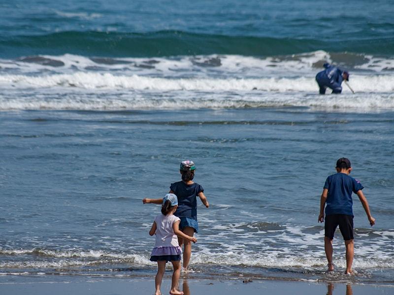 海岸で遊ぶ子どもたち