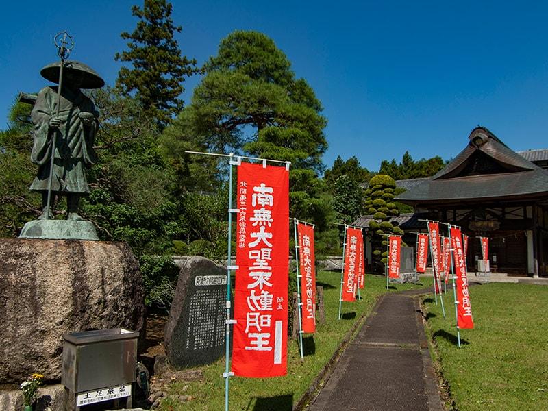 弘法大師像と護摩堂