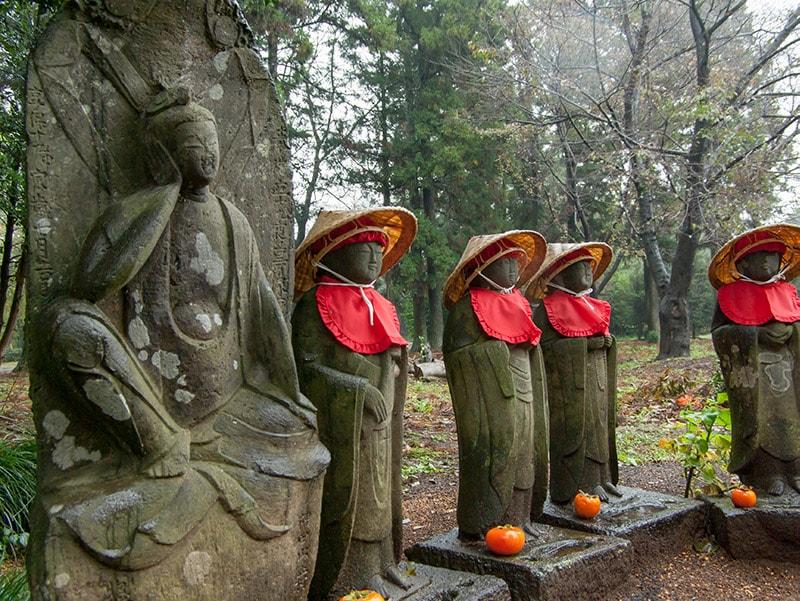 胴塚を見守る菩薩像