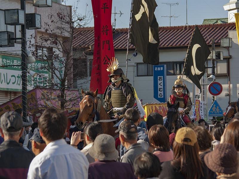 観客に迎えられる北郷騎馬会