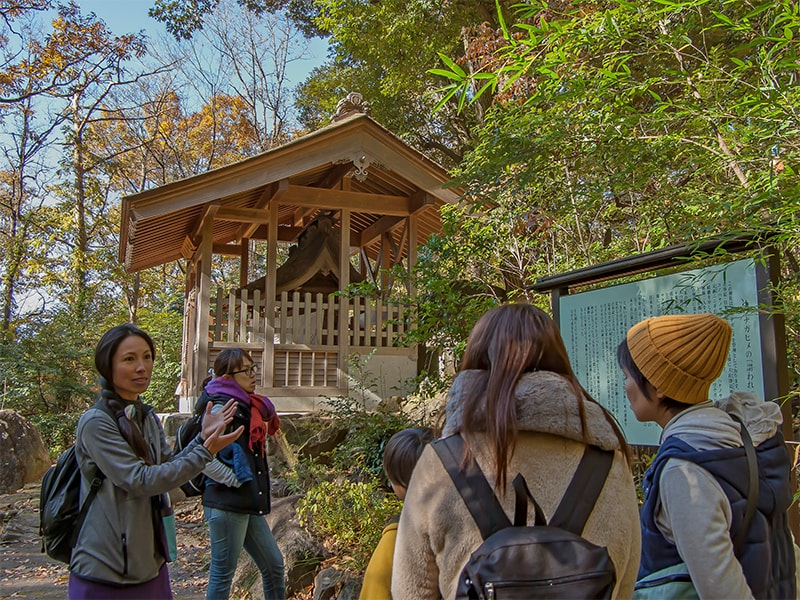 月水石神社で解説