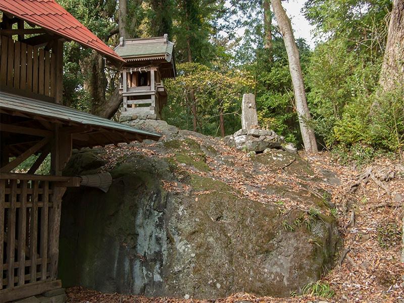 本殿裏の女石と男石