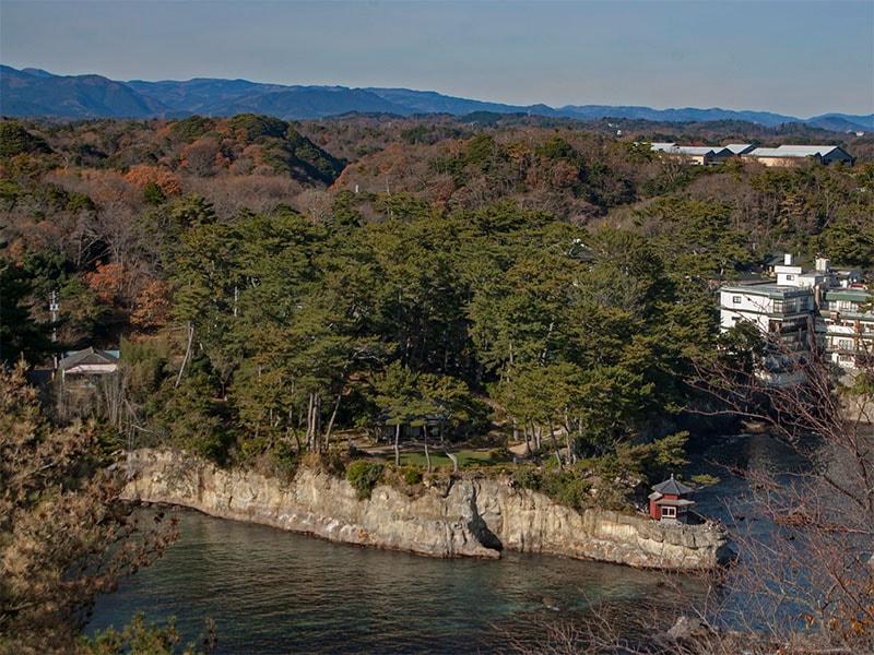 五浦岬公園から見る六角堂