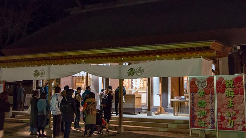 夜の常磐神社のお参り風景