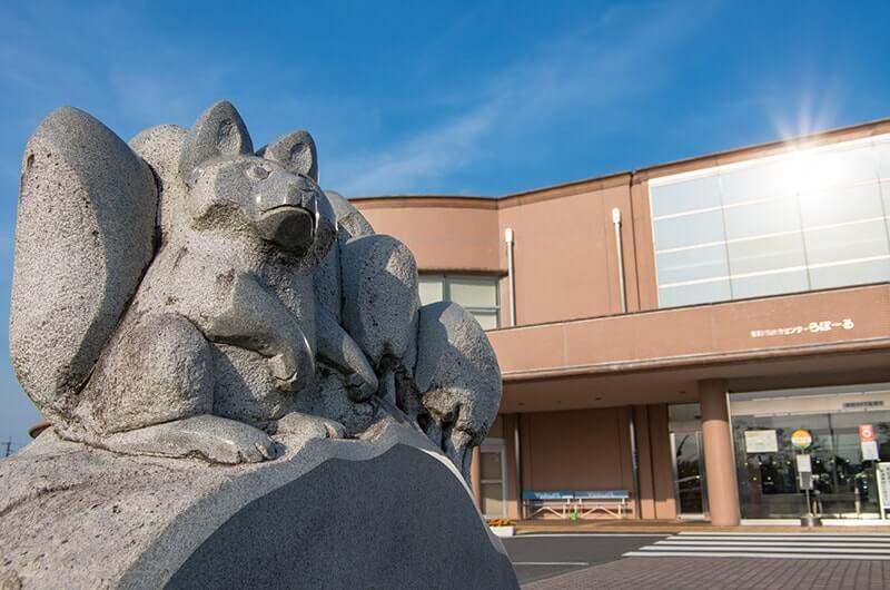 四匹の狐の石像