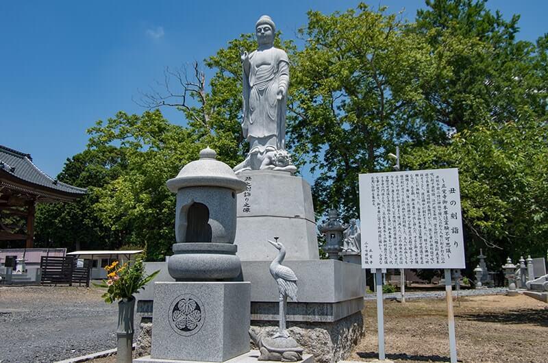 丑の刻詣りの伝説(立て札)と阿弥陀如来像