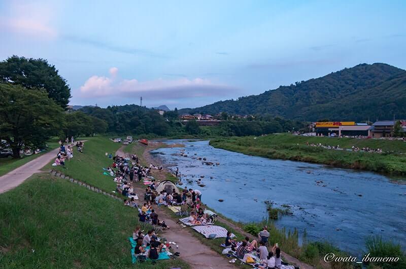 川辺に集まる人々
