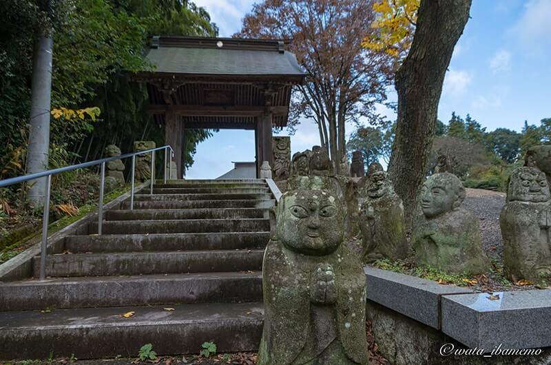 山門とユニークな石像