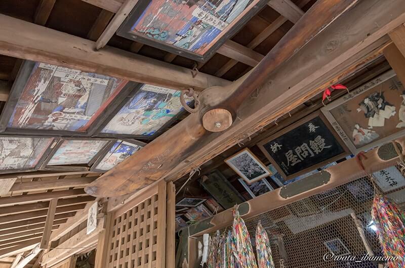 天井に掲げられた画とプロペラ