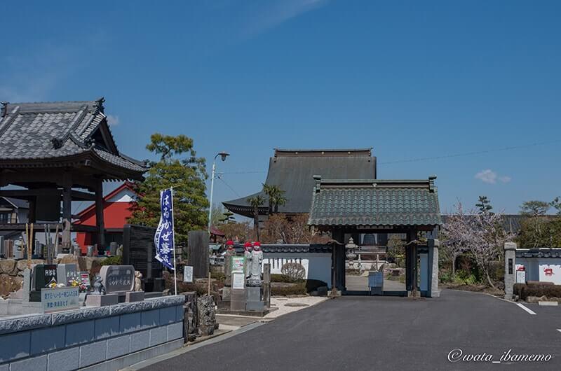 山門、駐車場、霊園