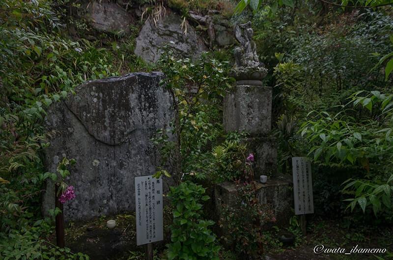 馬祖碑(左)と如意輪観音像(右)