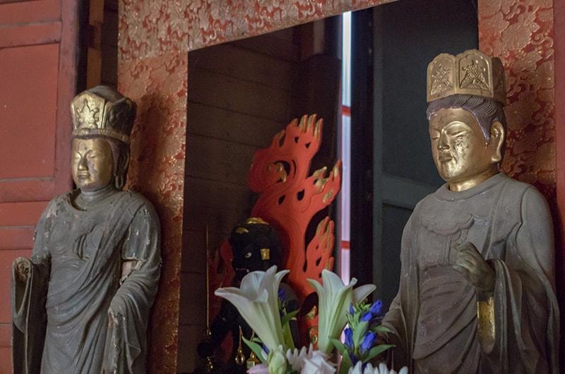日光菩薩(左)と月光菩薩(右)中央に不動明王