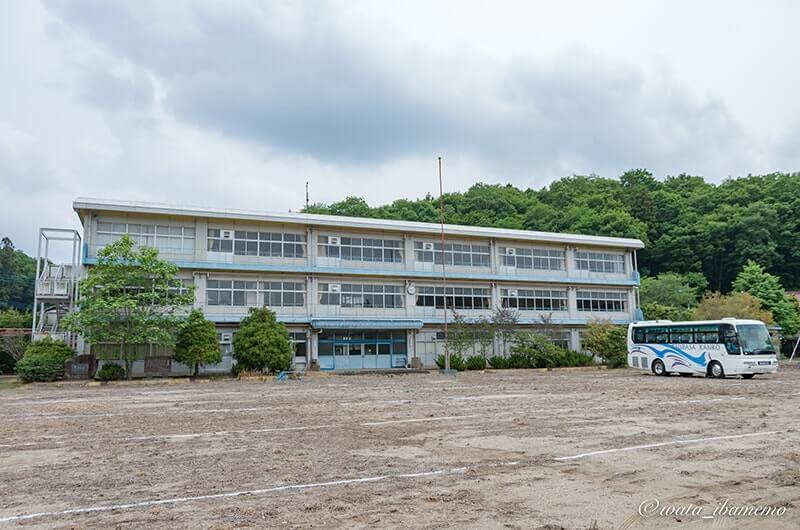 駐車樹となった旧古内小学校校庭