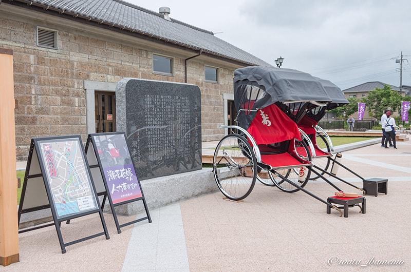花嫁と両親を運ぶ人力車