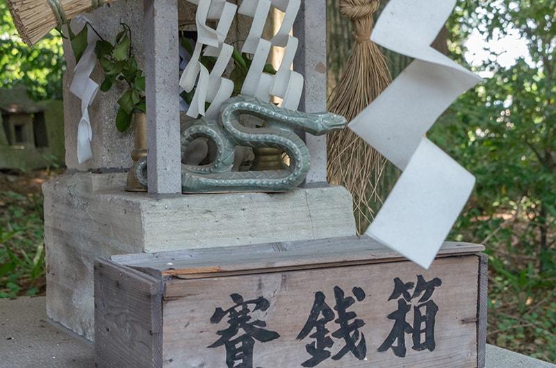 水神社とヘビの置物