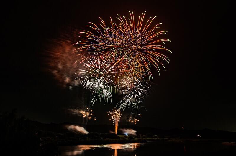 那珂川の上にあがる花火