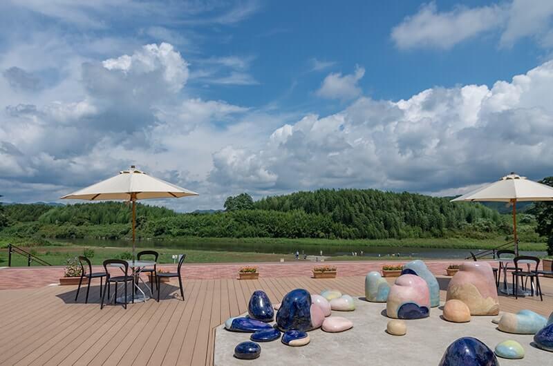 久慈川を見ながら日陰で休憩・飲食OK