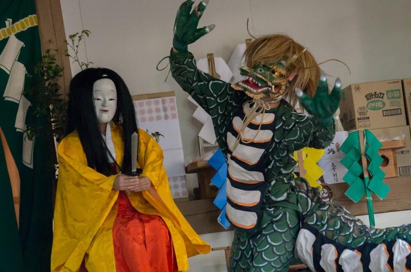 宝剣で大蛇から身を守る櫛稲田姫