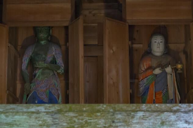 聖徳太子像(右)、虚空蔵堂(左)