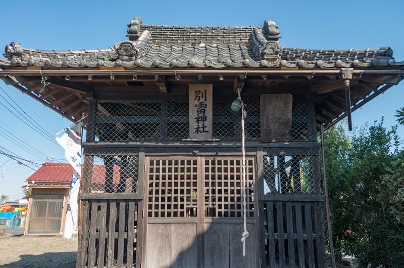 覆屋(中に別雷神社と稲荷神社の本殿)