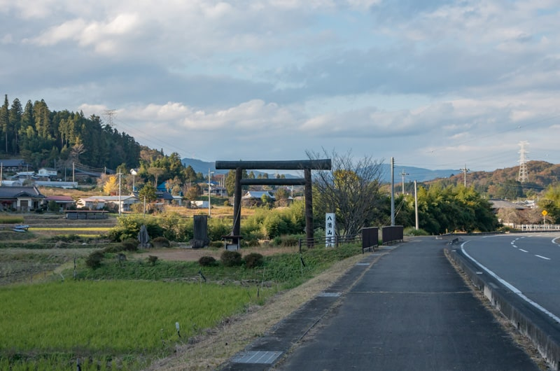 県道沿いに見える遥拝所