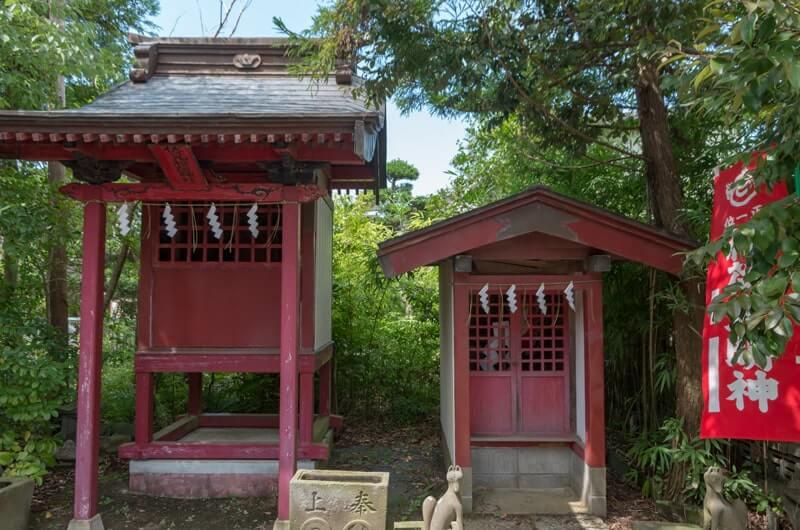 境内社(左:伏見稲荷 右:豊玉稲荷)