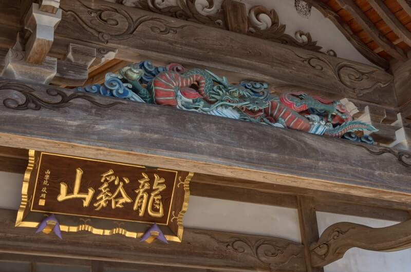 扁額と龍の彫刻