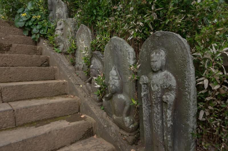 石段沿いの仏像