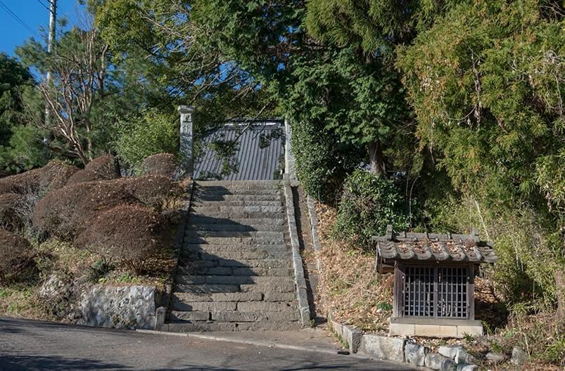 参道の石段と石仏