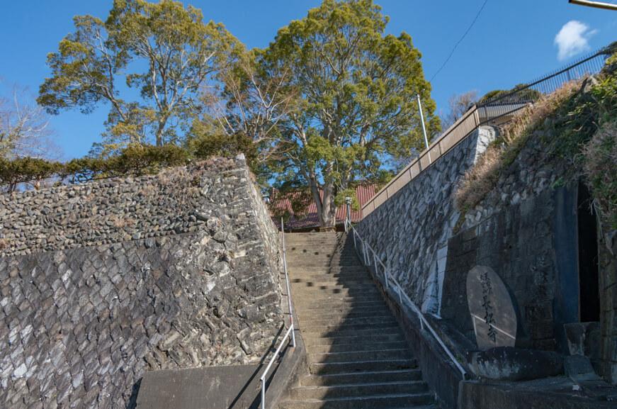 駐車場から境内へ続く石段